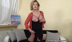 European gilf Ellis Shine fingers her old pussy Thumb