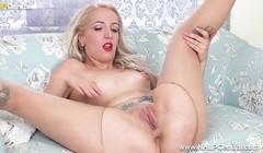 Sexy spanish sexpot rips open pantyhose fingers fucks pussy Thumb