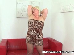 British granny Lacey Starr loves dildoing Thumb