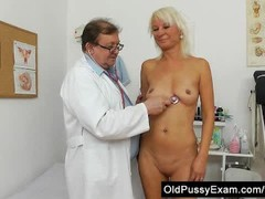 Blond dame gets a gyno testd pink puss on the inquiry table Thumb