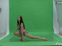 Big boobs Nicole on the green screen spreading Thumb