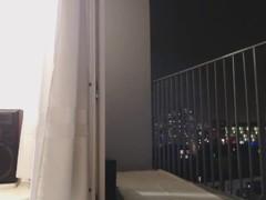 beurette danse seins nus sur balcon Thumb