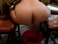 le gros cul de ma salope de huguette entre deux chaises pendant qu'elle pisse dans une bassine Thumb
