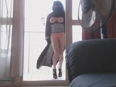 musulmane danse en niqab sur son balcon Thumb