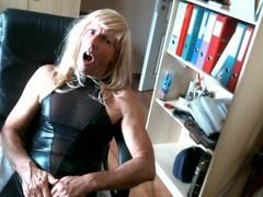 olibrius71 blonde en tenue latex noire sexy Thumb