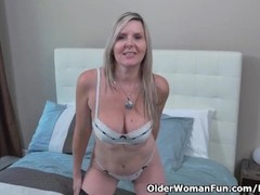 Canadian milf Velvet Skye gives her pussy a workout with fingers Thumb