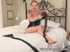 USA gilf Justine gives her hairy pussy a treat Thumb
